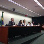 A foto mostra o deputado Izalci (PSDB/DF) sentado na ponta da mesa da Comissão de Educação, juntamente com os técnicos e os deputados mirins que coordenaram os debates