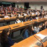 A foto mostra a Comissão de Educação lotada com os deputados mirins que, empolgados, participaram do debate do projeto de lei da deputada mirim Larissa Pinho Maciel, de Tocantins, que propôs a inclusão do inglês a partir do ensino fundamental