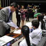 A foto mostra o assessor da Câmara preparando o material sobre os projetos de lei que serão votados pelos deputados mirins na Sessão Plenária do evento no dia 21 de outubro de 2016