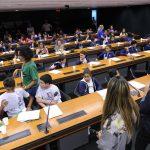 A foto mostra o plenário lotado da Comissão que debateu a proposta da deputada mirim Giovanna Karla Moreira, de Belo Horizonte (MG), que propôs a colocação de armários nas escolas públicas de todo o país