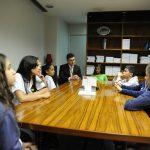A foto mostra as deputadas mirins Julyane Camili, Giovanna Karla Moreira e Larissa Maciel, em reunião com o Secretário Geral da Mesa, Wagner Soares Padilha quando conversaram sobre a Sessão Plenária do Câmara Mirim 2016
