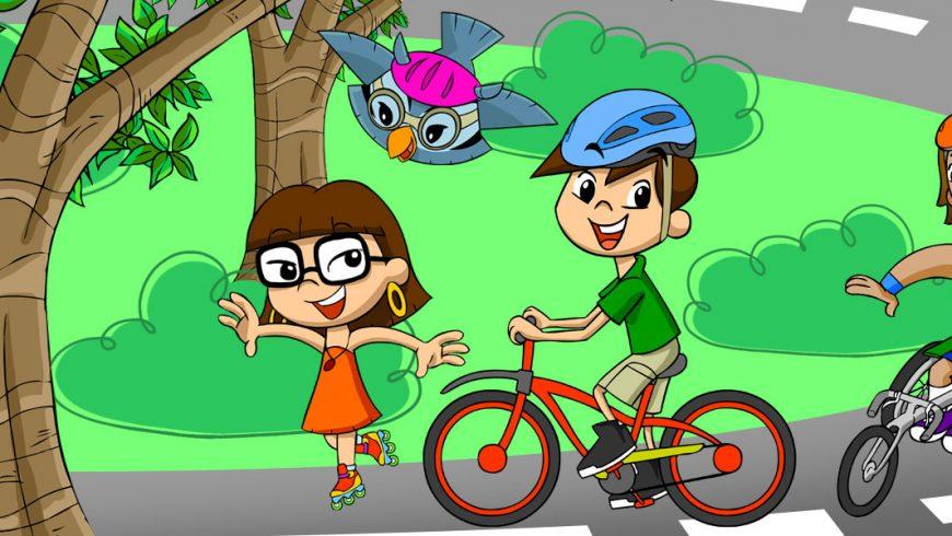 Ilustração. Ao fundo, uma rua circunda um jardim com grama verdinha. Xereta está de patins, Zé, de capacete, pedala sua bicicleta, Vital de capacete, conduz a sua cadeira de rodas de esporte. Edu, de capacete, sobrevoa o grupo. No canto direito da imagem, um tronco de árvore.