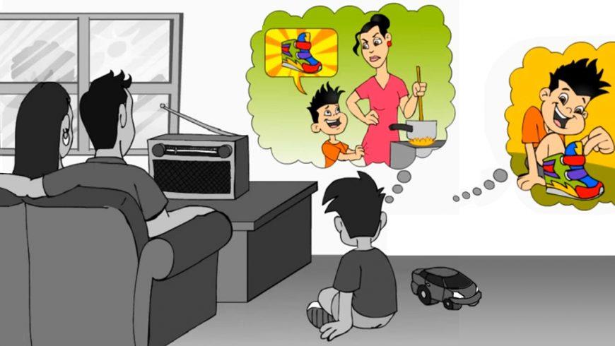 A imagem é um retângulo horizontal com desenhos em tons de cinza. Do lado esquerdo da imagem, um casal está sentado em um sofá de frente para um aparelho de rádio em cima de uma mesa, em frente a uma parede com janela quadrada. No chão do lado do sofá, também de frente para o rádio está um menino sentado do lado de um carrinho, ambos também em tons de cinza. Na parte superior do lado direito da imagem, aparecem dois balões com que parecem sair da cabeça do menino, como pensamentos. Os balões apresentam imagens em cores. No primeiro, o menino fala com sua mãe, que, enquanto cozinha, olha com expressão séria para o menino, que sorri enquanto pede para a mãe comprar um tênis colorido. No segundo, o menino com o tênis colorido no pé mostra ao seu amigo, que olha para o calçado com admiração.