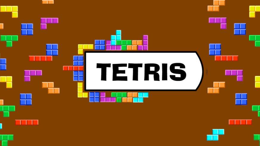 Fundo marrom. Nas laterais e no centro, peças de formatos quadrados, retangulares encaixam-se. Ao centro, está escrito Tetris em um fundo branco.