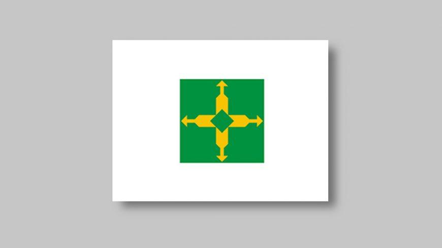 Retângulo branco no qual está centralizado um quadrado verde contendo uma cruz composta por quatro flechas amarelas que apontam para os quatro lados do quadrado verde.