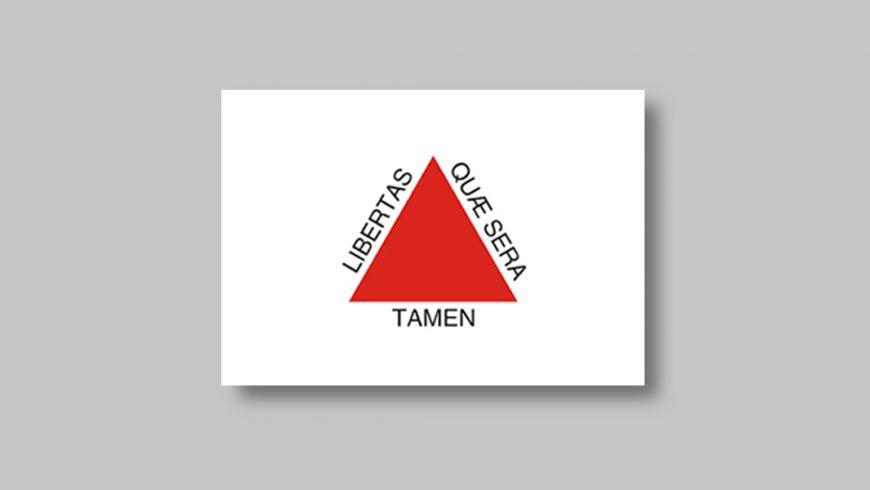 """Retângulo branco que contém no centro um triângulo vermelho, contornado pela expressão em latim """"Libertas quae sera tamem"""" na cor preta."""
