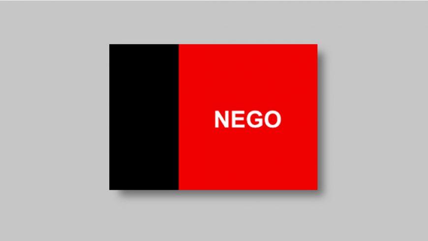 """Composta por duas faixas verticais. A faixa da esquerda é da cor preta e ocupa um terço da bandeira. A outra faixa é vermelha e ocupa os dois terços restantes do retângulo. No centro da faixa vermelha encontra-se a palavra """"NEGO"""", em letras maiúsculas e brancas."""