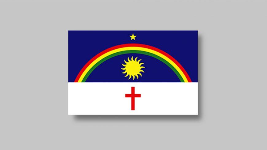 Composta por duas faixas horizontais, na parte superior, uma azul, que ocupa um terço da bandeira e uma branca na parte inferior, que ocupa dois terços. No fundo azul, sobre a linha que divide a bandeira, há um arco-íris nas cores vermelha, amarela e verde. Sobre ele, no centro, há uma estrela amarela de cinco pontas e abaixo, um sol amarelo. As duas figuras estão centralizadas. Na parte branca há uma cruz vermelha, também centralizada.