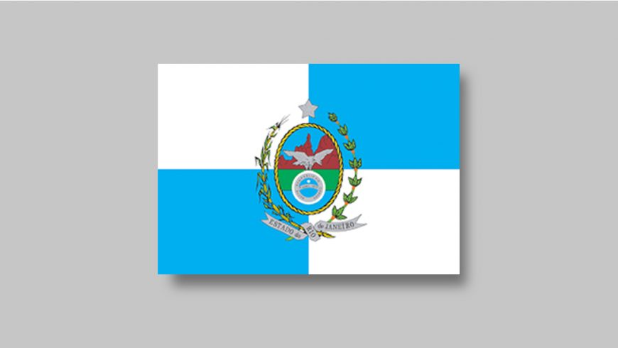 """A bandeira é formada por um retângulo dividido em quatro quadrantes proporcionais alternando as cores branca e azul, começando pelo azul no canto superior esquerdo. No centro da bandeira está o brasão do estado. Tem formato oval, é circundado por um cordão dourado e dividido em três seções. A primeira ocupa a parte superior, na cor azul, com a imagem de montanhas na cor marrom, sobre fundo azul. Abaixo, uma faixa verde ocupa um quarto do escudo. A terceira seção, na cor azul, ocupa a parte inferior do brasão. No centro está uma águia cinza em posição de voo. Ela segura um escudo redondo azul. Uma moldura prateada contorna o escudo azul e uma faixa da mesma cor corta o círculo no meio. Dentro da moldura, a frase """"Recte Rempublicam Gerere"""" e dentro da faixa do meio, está escrito: """"9 de abril de 1892"""". Acima do escudo, centralizada há uma estrela na cor prata. À esquerda e à direita do escudo estão dispostos, ramos de folhas verdes. Os ramos são unidos abaixo do escudo oval por uma faixa prateada na qual está escrito """"Estado do Rio de Janeiro""""."""