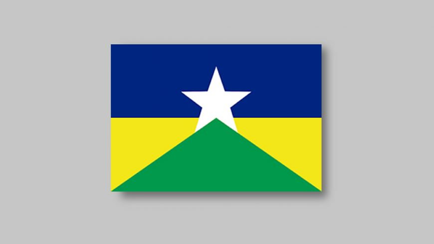 """Retângulo dividido horizontalmente em duas partes iguais. A metade superior é azul. Sobre ela, centralizada, há uma estrela de cinco pontas branca. As pontas inferiores ultrapassam o limite da parte azul, invadindo a metade inferior da bandeira. Por sua vez, a metade inferior é divida em três partes: a maior delas é um triângulo verde cujos vértices são as extremidades inferiores da bandeira e o ponto de encontro entre as pontas inferiores da estrela; as outras duas partes são os triângulos amarelos que """"sobram"""" entre o triângulo verde e a metade azul da bandeira."""