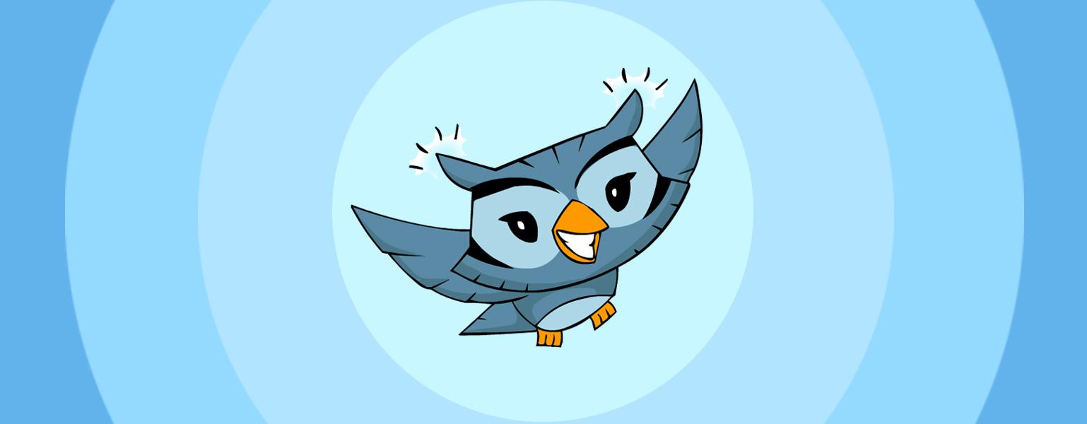 É uma coruja de penas em tons de azul claro e escuro. Os olhos são grandes e pretos. O bico e as patas são cor de laranja. Ele voa sobre um fundo em tons de azul. Ele sorri e de suas orelhas apontadas para cima saem tracinhos pretos que indicam que elas emitem algum tipo de sinal.