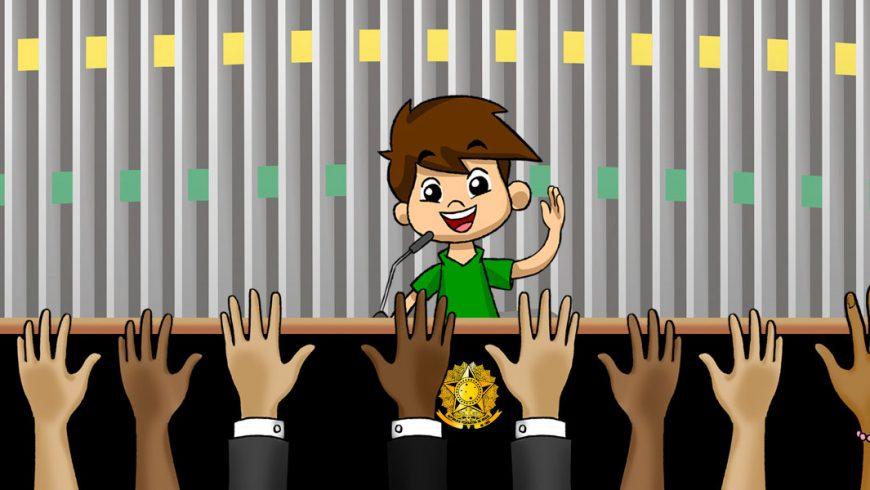 Ilustração. Sobre o fundo em tom de cinza, verde e amarelo, está Zé Plenarinho. Enquanto fala pelo microfone, que se encontra sobre a tribuna preta com detalhes em marrom, e centralizado, o brasão da República Federativa do Brasil, em dourado, Zé Plenarinho acena com uma das mãos para o público. Na frente da bancada estão onze mãos de diferentes tons de pele.