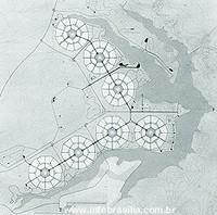 Imagem em preto e branco. Sete círculos brancos, com um dois círculos menores ao centro, são atravessados por linhas verticais, formando uma espécie de mandala. Os círculos estão dispostos uns ao lado dos outros, numa formação que lembra o sinal matemático de maior. Contornando a parte exterior dessa formação de círculos, uma imagem cinza indica o Lago Paranoá.