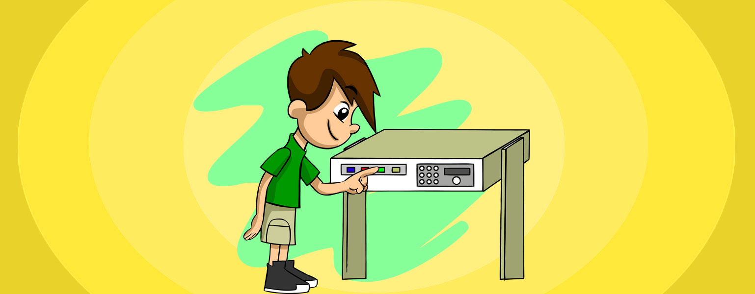 Ilustração. Em frente ao fundo amarelo e verde, Zé Plenarinho aperta um botão verde do painel de uma bancada marrom com detalhes brancos e cinzas e com vários botões: azul, vermelho, verde e amarelo.