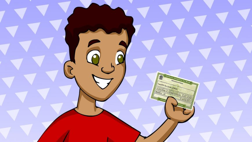 Ilustração. Um menino aparece no centro da imagem, do ombro para cima, em frente a um fundo azul com triângulos brancos espalhados. O menino tem pele morena, cabelos curtos, ondulados e pretos e grandes olhos verdes. Ele sorri e olha para um documento verde que segura com uma das mãos. O documento é o título de eleitor.
