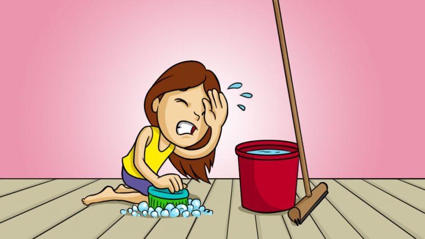 Ilustração: Ao fundo uma parede rosa claro, o piso cinza com listras pretas. No centro uma menina de cabelos castanhos e com expressão de sofrimento. Está vestida com uma blusa sem mangas amarela e short roxo. Ela está ajoelhada no chão e com uma das mãos, ela esfrega o chão com uma escova azul com cerdas verdes. Com a outra mão, limpa o suor da testa. Do lado da menina tem um balde vermelho e um rodo marrom.