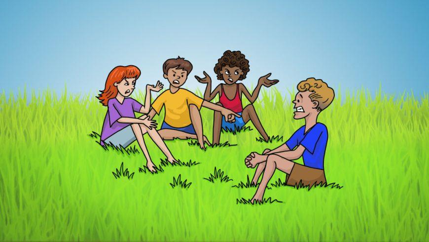 Ilustração. Um grupo de crianças está sentado na grama, conversando. Atrás delas, vê-se o céu azul. São quatro crianças. A que está mais à esquerda é ruiva, cabelo tamanho médio e veste uma camiseta lilás e bermuda azul claro. Ao seu lado, um menino moreno, cabelos castanhos, curtos, veste bermuda roxa e camiseta amarela. Ele está apontando para o menino que está na parte esquerda da imagem. Ao lado do menino de amarelo, está uma menina negra, cabelos encaracolados, curtos. Ela veste camiseta vermelha e short jeans. Seus braços estão apoiados sobre os joelhos, cotovelos dobrados e mãos abertas com palmas viradas para cima. O menino ao qual todos se dirigem é loiro, está de perfil. Ele veste camisa azul e bermuda marrom. Ele está com os joelhos dobrados e os braços apoiado entre os joelhos.
