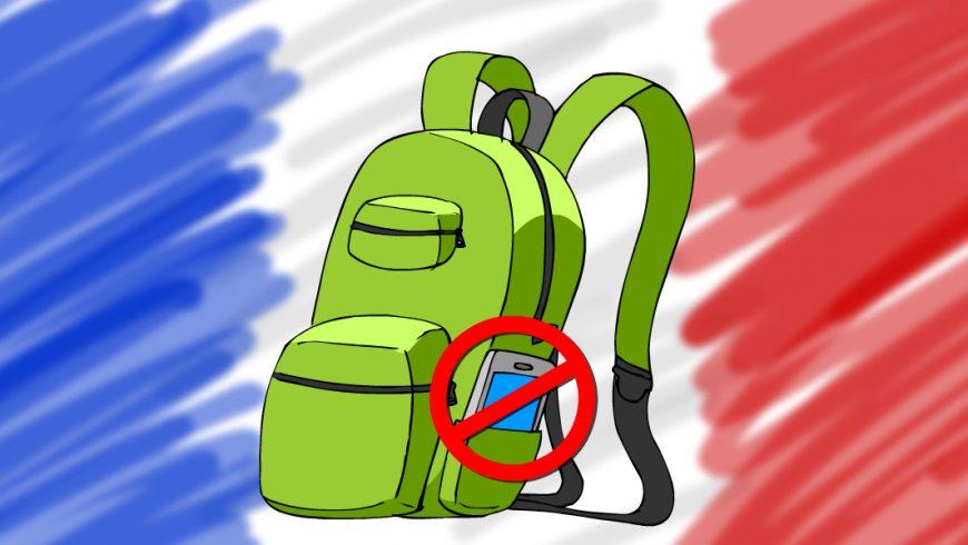Ilustração. Fundo multicolorido. Ao centro há uma mochila verde com dois bolsos na frente, um superior pequeno e o outro médio abaixo. Do lado da mochila tem um bolso com um celular. No celular tem um símbolo de proibição: um círculo vermelho atravessado com uma linha diagonal.
