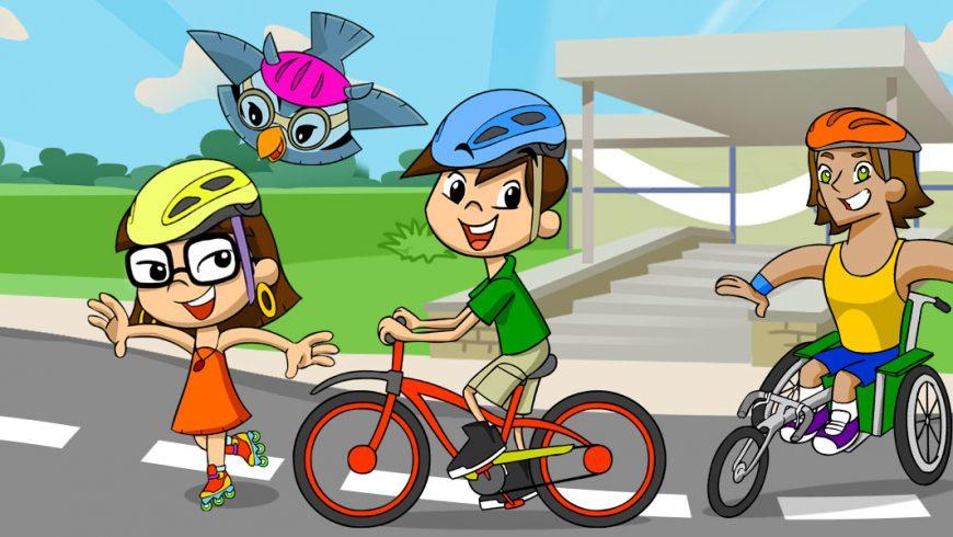 Ilustração. Por uma rua de asfalto Xereta, Edu, Zé e Vital passeiam. Xereta anda de pantins, Edu voa, Zé anda de Bicicleta e Vital com cadeira de rodas adaptada como uma bicicleta. Todos sorriem e usam capacete.