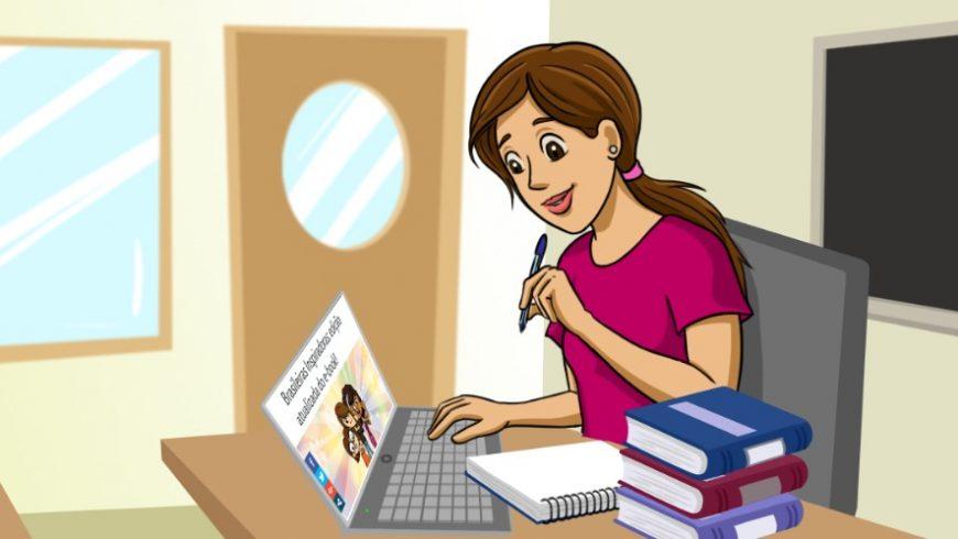 Ilustração de uma sala de aula, com quadro negro na parede e uma mesa bege com cadeira cinza, onde uma mulher está sentada. Ela tem cabelos lisos e castanhos presos atrás da nuca. Veste camiseta rosa, segura uma caneta com uma das mãos e com a outra, digita no teclado de um computador. Do lado do computador, uma pilha de livros e um caderno.