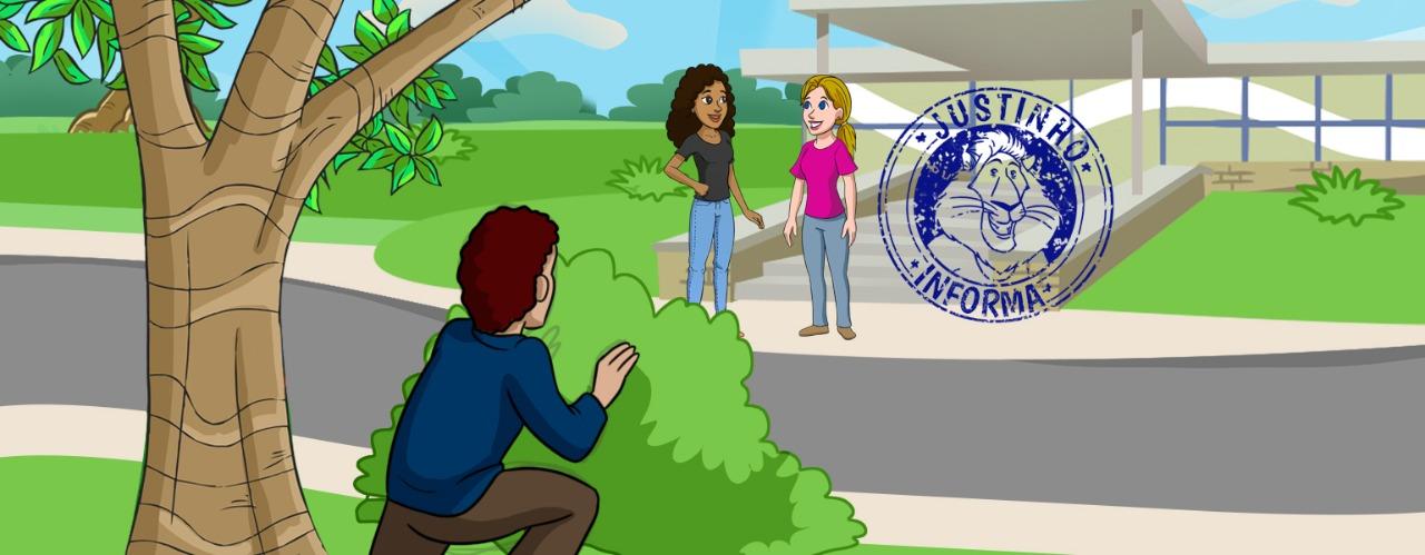 Ilustração de um prédio baixo e claro localizado em um campo verde em frente a uma rua pavimentada. Na frente do prédio, duas meninas, uma loira e uma negra conversam. D outro lado da rua, ao lado de uma árvore, um homem observa as meninas agachado atrás de um arbusto.